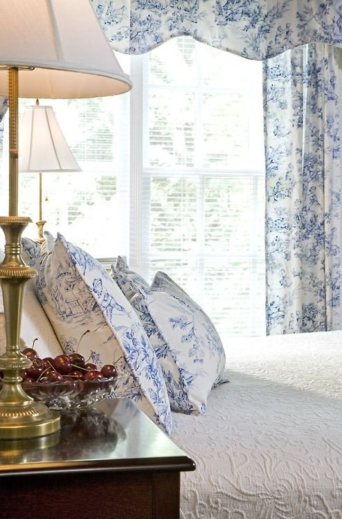 Blue and White Bedroom Decor Lovely toile Blue and White and White Bedrooms On Pinterest