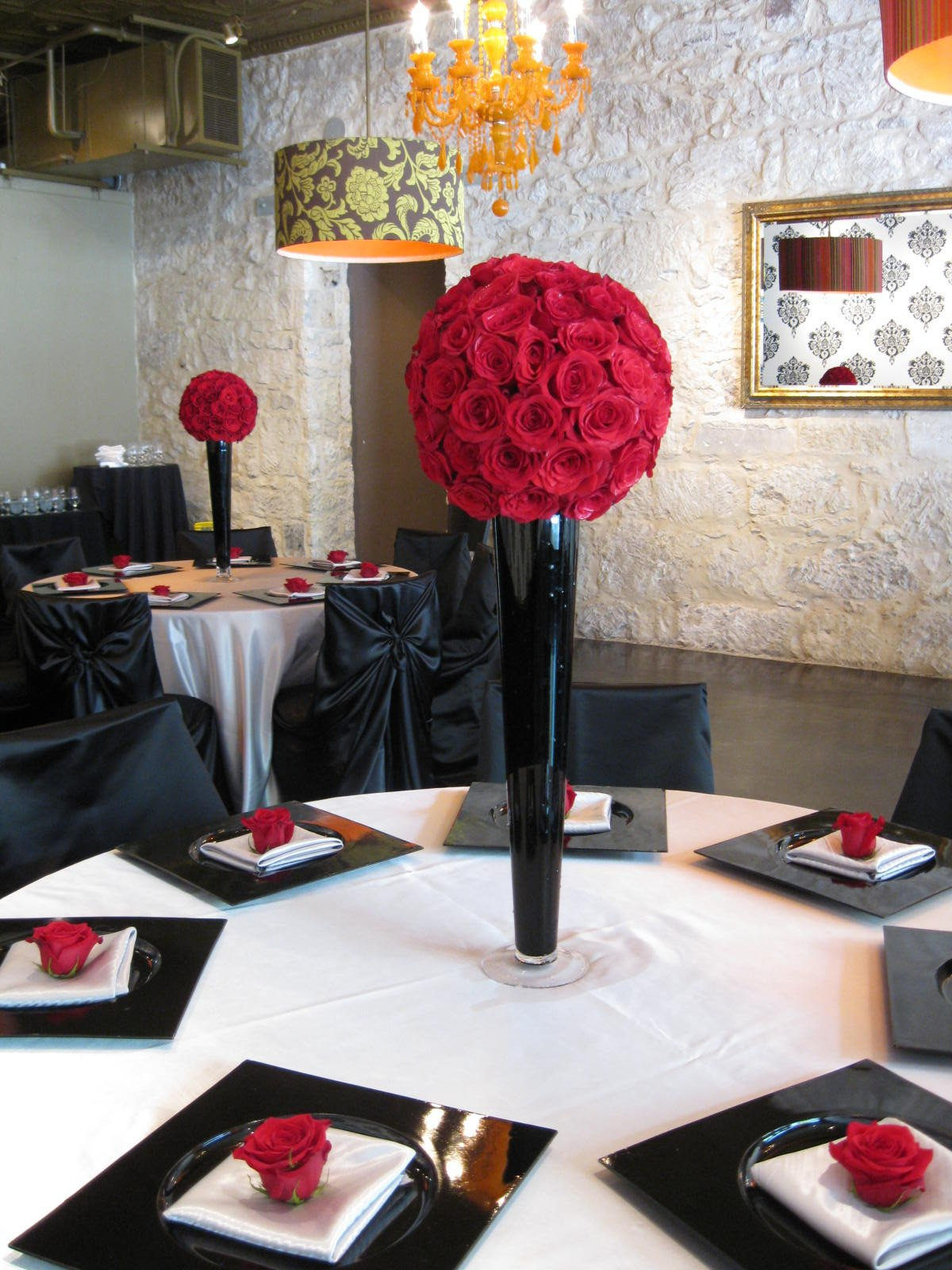 Red and Black Table Decor Elegant Chic and Elegant Style