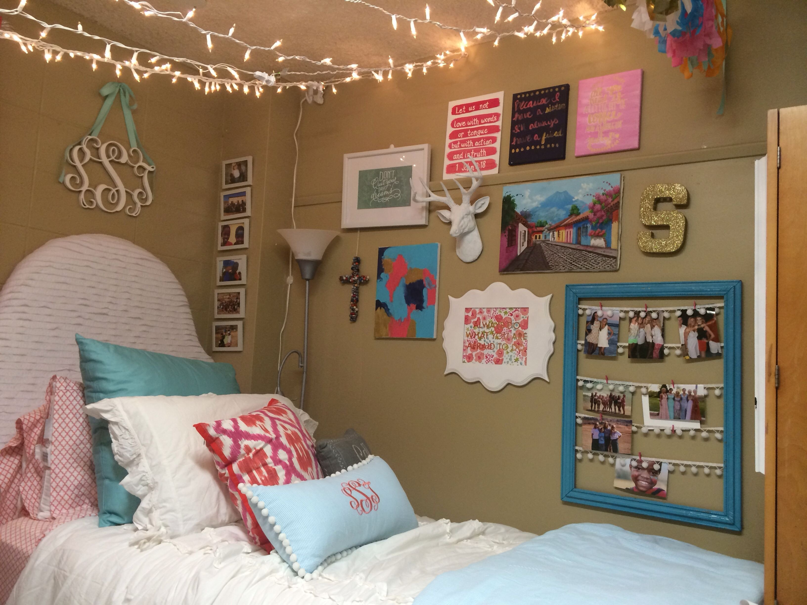 Wall Decor for Dorm Rooms Beautiful Crosby Dorm Ole Miss Love the Gallery Wall and Lights Dorm Ideas Pinterest