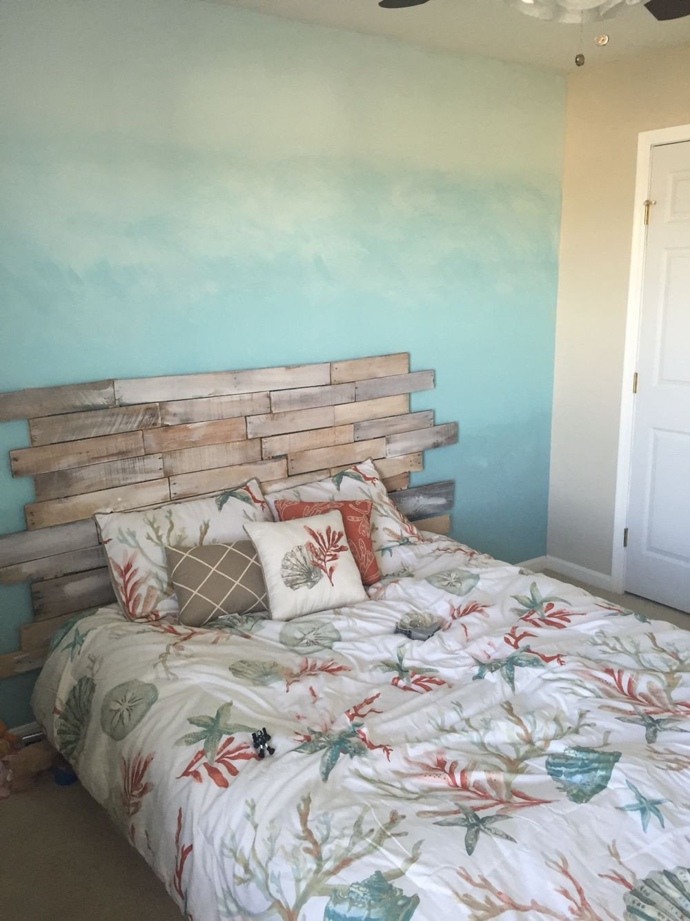 Beach themed Bedroom Furniture Awesome Ombré Ocean Wall Pallet Headboard for A Beach themed Room
