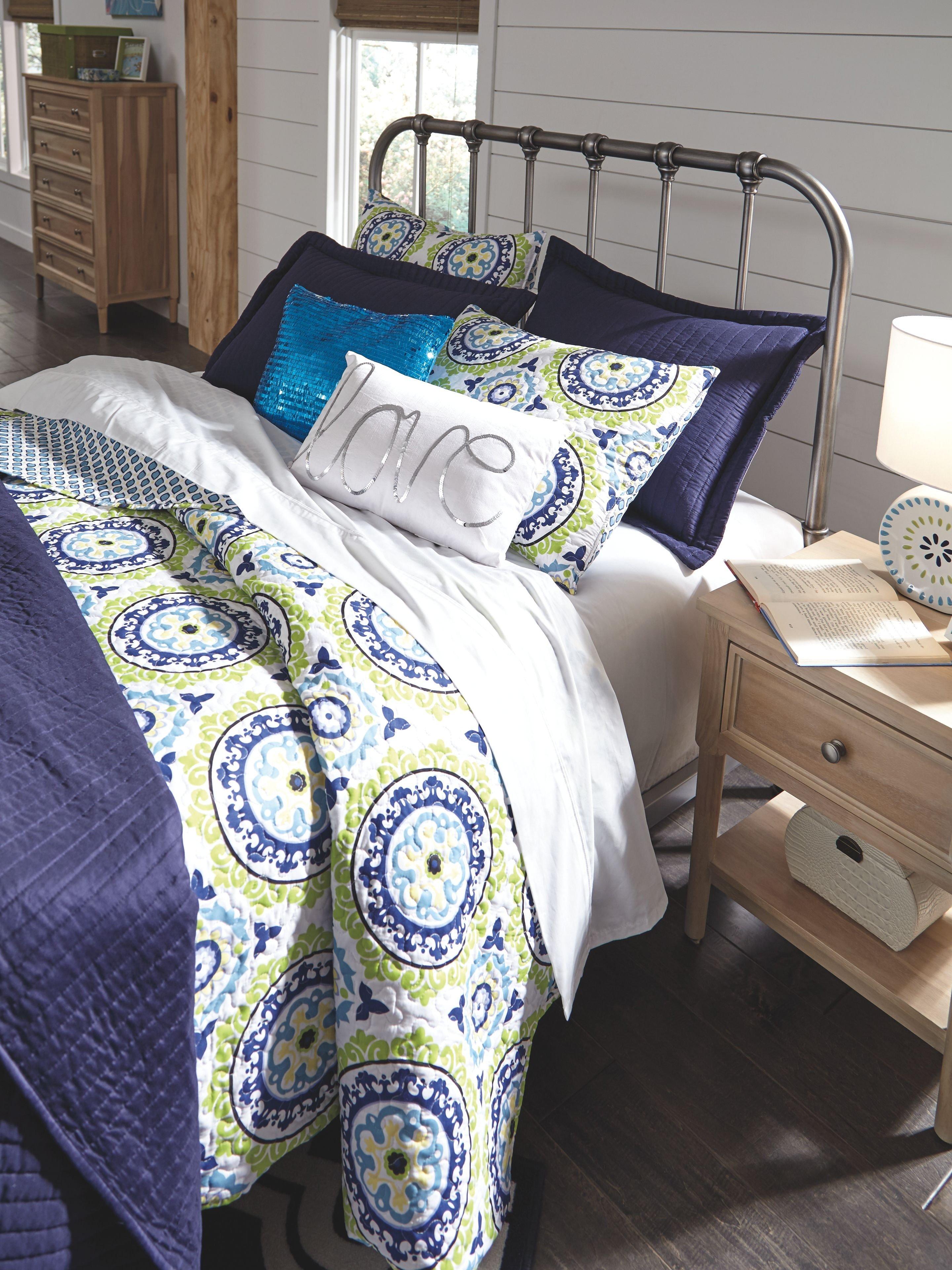 Kathy Ireland Bedroom Furniture Luxury Signature Design by ashley Bedroom Nashburg Queen Metal Bed